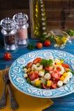 Frischer Salat des Herzens der Palme, der Kirschtomaten, des gelben grünen Pfeffers, des Knoblauchs und der Petersilie auf hölzer Lizenzfreie Stockfotos