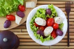 Frischer Salat des Herzens der Palme (palmito), der Kirschtomaten und der Olive Lizenzfreies Stockfoto