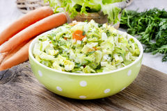 Frischer Salat in Grün punktierter Schüssel lizenzfreie stockfotos