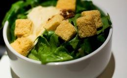Frischer Salat mit Broten Stockfoto