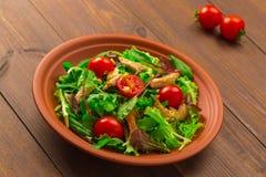 Frischer Salat mit der Hühnerbrust, Arugula und Tomate Lizenzfreie Stockfotografie