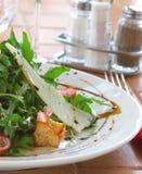 Frischer Salat mit einer Tomate, Käse und dem gebratenen Fleisch Lizenzfreie Stockbilder