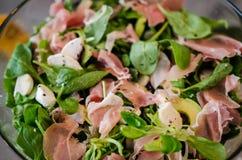 Frischer Salat mit Feldsalat, Avocado und Prosciutto Lizenzfreies Stockfoto