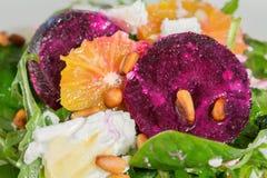 Frischer Salat mit gebratenen Rote-Bete-Wurzeln, Ziegenkäse, orangeand Kiefer n Lizenzfreie Stockbilder