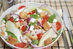 Frischer Salat mit Gemüse und Walnüssen Lizenzfreies Stockbild