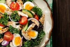 Frischer Salat mit Huhn, Tomaten, Eiern und Kopfsalat auf Platte stockfotos