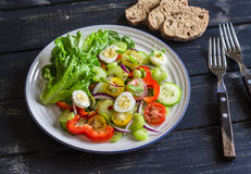 Frischer Salat mit Kirschtomaten-, Gurken-, Gemüsepaprika-, Sellerie- und Wachteleiern Stockfotografie