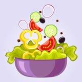 Frischer Salat mit Kopfsalat, Tomate, schwarzer Olive, Gurke, Pfeffer und Zwiebel Lebensmittel des strengen Vegetariers Stockbild