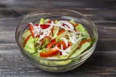 Frischer Salat mit Kräutern, Paprika und Zwiebel in der Glasplatte Lizenzfreie Stockfotos