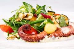 Frischer Salat mit Krake Stockfoto