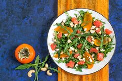 Frischer Salat mit Lachsen und Persimone Stockfoto