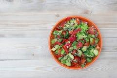 Frischer Salat mit Pfeffer und Tomate Stockfoto