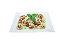 Frischer Salat mit Pilzen, Käse und gebratenem Speck Stockfoto