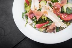 frischer Salat mit Prosciutto und Brie Lizenzfreies Stockbild