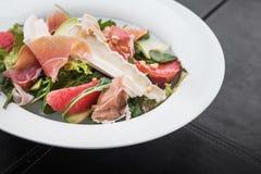frischer Salat mit Prosciutto und Brie Lizenzfreie Stockbilder
