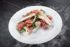 frischer Salat mit Prosciutto und Brie Stockfotografie
