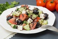 Frischer Salat mit schwarzer Quinoa, Tomaten, Gurken und Feta chee Lizenzfreie Stockbilder
