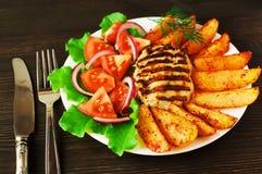 Frischer Salat mit Tomaten und Kopfsalat mit Fleisch und Kartoffeln Stockbilder