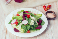 Frischer Salat mit Tomaten und Rote-Bete-Wurzeln Stockfoto