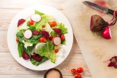 Frischer Salat mit Tomaten und Rote-Bete-Wurzeln Lizenzfreie Stockbilder