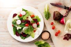 Frischer Salat mit Tomaten und Rote-Bete-Wurzeln Stockbilder