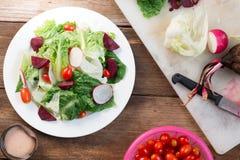 Frischer Salat mit Tomaten und Rote-Bete-Wurzeln Lizenzfreies Stockfoto