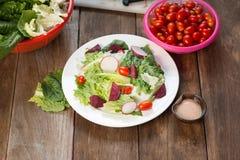 Frischer Salat mit Tomaten und Rote-Bete-Wurzeln Lizenzfreie Stockfotos