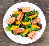 Frischer Salmon Salad mit Gemüse und Orange lizenzfreie stockbilder