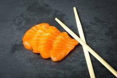 Frischer Sashimi auf einem schwarzen Stein-slatter Lachs-, Thunfischgarnelen und Sojasoße Traditionelle japanische Küche Stockfoto