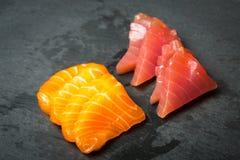 Frischer Sashimi auf einem schwarzen Stein-slatter Lachs-, Thunfischgarnelen und Sojasoße Traditionelle japanische Küche Stockfotografie
