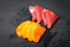 Frischer Sashimi auf einem schwarzen Stein-slatter Lachs-, Thunfischgarnelen und Sojasoße Traditionelle japanische Küche Stockbilder