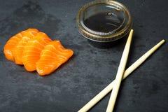 Frischer Sashimi auf einem schwarzen Stein-slatter Lachs-, Thunfischgarnelen und Sojasoße Traditionelle japanische Küche Stockfotos