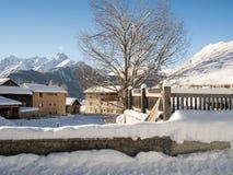 Frischer Schnee in amountain Dorf Stockfoto