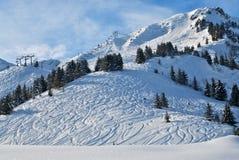 Frischer Schnee auf Ski-Steigung Stockfotos