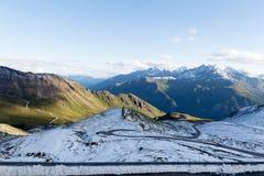 Frischer Schnee in den Alpen im Sommer in Österreich Stockfoto