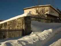 Frischer Schnee in einem Bergdorf Stockbilder