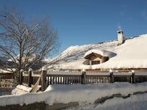 Frischer Schnee in einem idyllischen Bergdorf Lizenzfreies Stockfoto