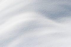 Frischer Schnee im Sonnenschein Stockfotos