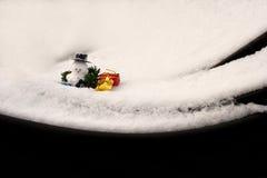 Frischer Schnee und ein Schneemann lizenzfreie stockbilder