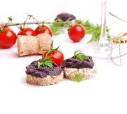 Frischer schwarzer Fischkaviar auf dem Brot Stockbilder