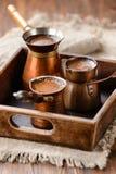 Frischer schwarzer Kaffee in den Töpfen Lizenzfreie Stockbilder