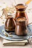 Frischer schwarzer Kaffee mit Kardamom Stockbilder