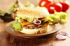 Frischer selbst gemachter Cheeseburger Stockfotos