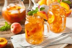 Frischer selbst gemachter Pfirsich-Bonbon-Tee stockbilder