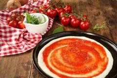 Frischer selbst gemachter Pizza-Teig Stockfoto