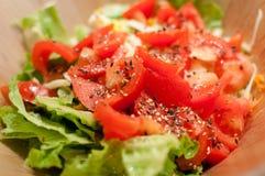 Frischer selbst gemachter Tomaten- und Kopfsalatsalat Lizenzfreie Stockfotografie