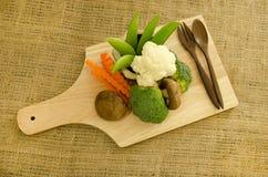 Frischer shitake Pilz, Brokkoli und grüne Erbse auf hölzernem Brett Stockfotografie