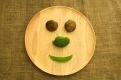 Frischer shitake Pilz, Brokkoli und grüne Erbse auf hölzernem Dishware Lizenzfreies Stockfoto