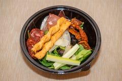 Frischer Snacksalat mit Gemüse und Salami Stockbilder
