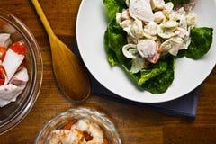 Frischer Sommer-Meeresfrüchte-Nudelsalat Stockfotos